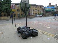 odpady zalegające na ulicy